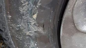 Valaki sorra szúrja ki az autók kerekeit Kamaraerdőn