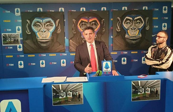Luigi de Siervo, a Serie A ügyvezető igazgatója a plakátok alkotójával, Simone Fuggazzottóval mutatja be az antirasszista kampányt