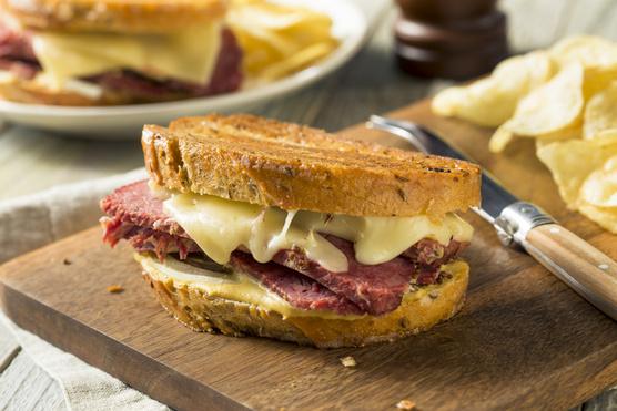 Egy-egy szelet kevésbé aromás sajt fel tudja dobni.