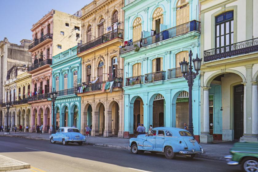 Havanna, Kuba - A latin-amerikai városokban nemcsak az emberek, hanem az épületek, utcák is tükrözik a vidámságot, temperamentumot az élénk színű házakkal. Havannában a régi autók még jobban kiemelik a hely varázsát.