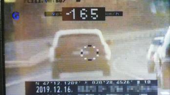 90 km/h helyett 165 km/h-val száguldott egy autós a 4-es főúton