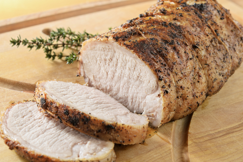 Egészben sült kakukkfüves sertéshús, ami szétomlik a szádban: ha így készül, nem szárad ki