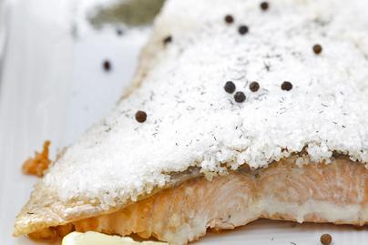 Lazac sókéregben sütve: nem szárad ki, a hal pedig omlós lesz