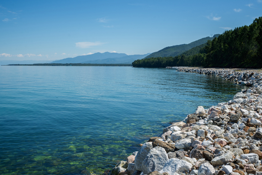 A Bajkál-tó vízmennyisége az egész Földön található édesvíz 20%-át teszi ki. Külön érdekesség, hogy a tó alatt lévő sziklák melegek, jelenleg ismeretlen okból.
