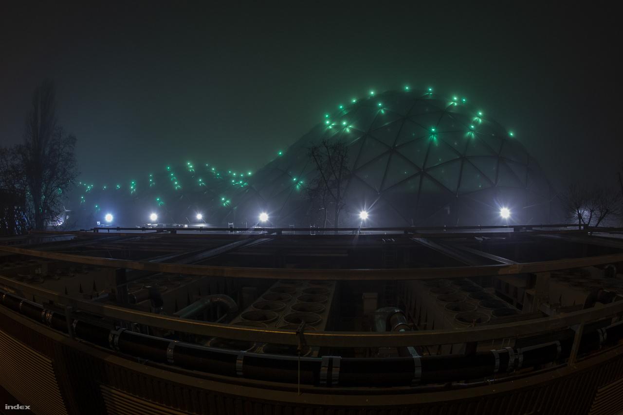 A Biodóm díszkivilágítását már jó ideje lehet látni esténként, a rezsiköltségnek ez a zöldes derengés is része lesz.