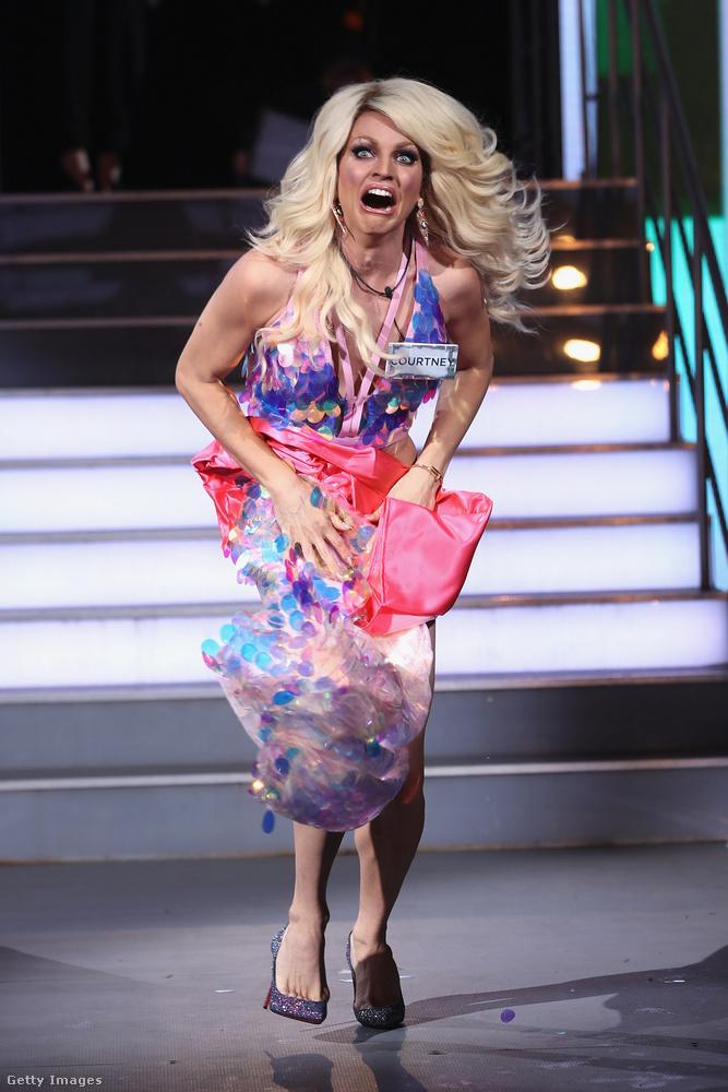 És a végén minden idők egyik legkínosabb realitymozzanatára emlékezzünk: Courtney Act ausztrál drag queen éppen a brit Celebrity Big Brotherbe vonult be élő egyenes adásban, amikor rálépett a saját szoknyájára, és az teljesen leszakadt