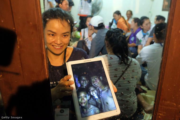 Júliusban volt, hogy Thaiföldön egy 12 fiatal fiúból álló focicsapat és 25 éves edzőjük elmentek egy barlangba túrázni, de jött egy nagy eső és eltűntek
