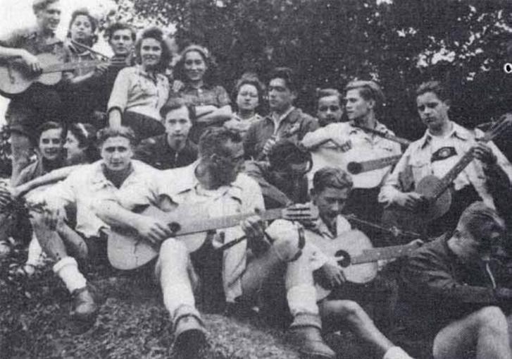 Alig van olyan Edelweißpiraten-csoportkép, ahol ne tűnne fel a gitár