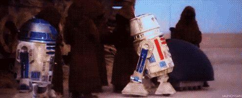 R2-D2 és az R5-D4, aminek elfüstölt a motivátora