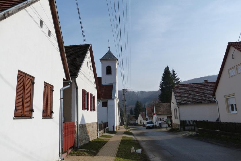 Óbánya régóta kedvelt kiránduló- és üdülőhely, amelyet zömmel sváb lakosai, a környék szépsége és tisztasága miatt a magyar Svájcként is szokás emlegetni.