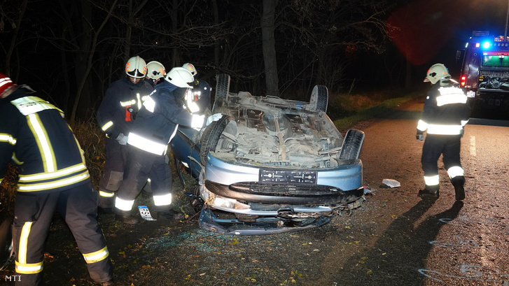 Tetejére borult összeroncsolódott személyautó műszaki mentésén dolgoznak tűzoltók