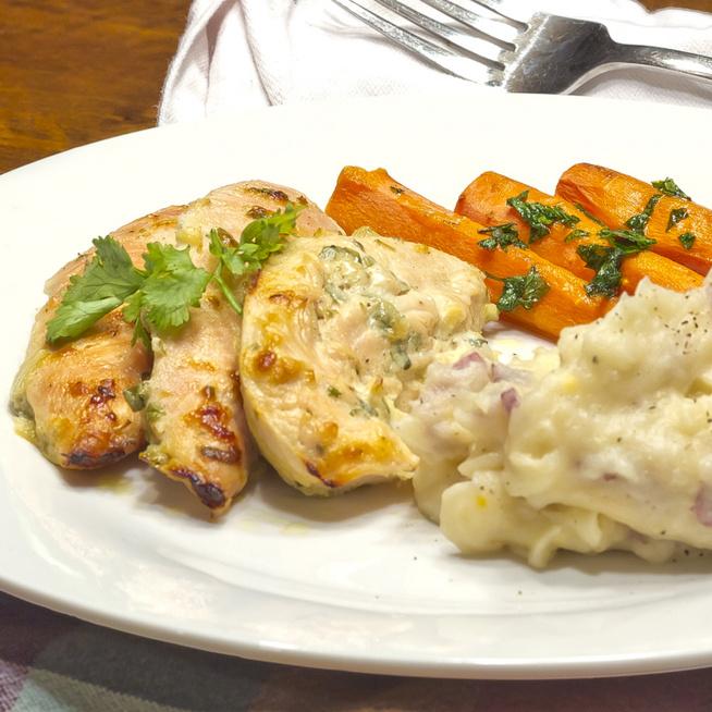 Könnyed, mégis ízletes és szaftos húsétel – Pácoljuk joghurtba a csirkemellet