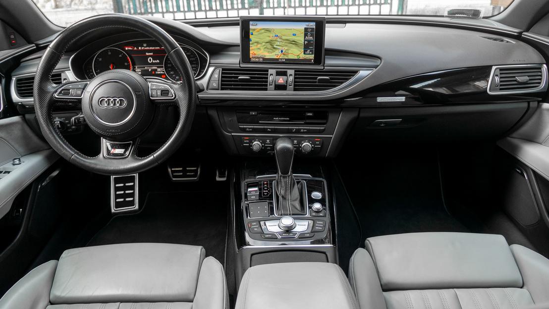 Az Audi nagyon ért a belsőterek tervezéséhez, nem csak minőséginek látszik, annak is érződik