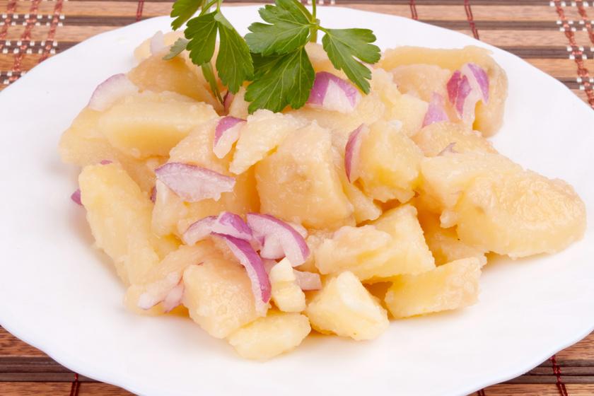 Isteni lila hagymás krumplisaláta: jól behűtve az igazi