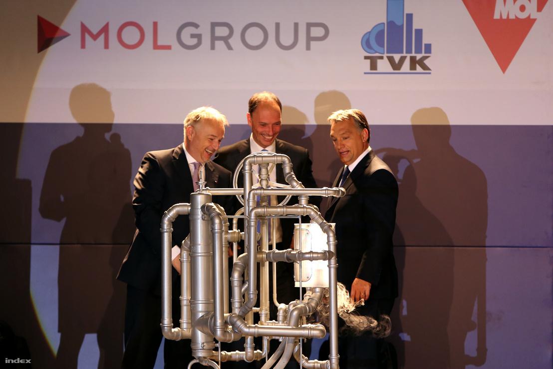 Hernádi Zsolt, a MOL-csoport vezérigazgatója, Christof von Branconi, a kivitelező Air Liquide Csoport regionális alelnöke és Orbán Viktor miniszterelnök a Tiszai Vegyi Kombinát új, 130 ezer tonna kapacitású butadién-kinyerő üzemének ünnepélyes alapkőletételén 2013. október 15-én.