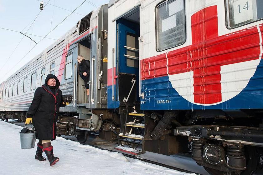 Begurult a vonat, jönnek a helyiek az orvosi ellátásért.