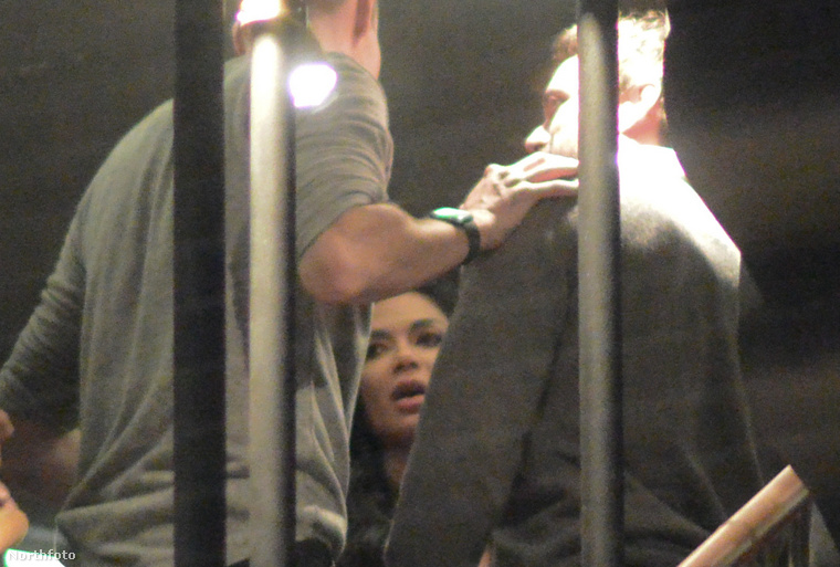 Itt Scherzinger és Evans egy harmadik ismeretlennel beszélget. Ha a képre klikkel, megnézheti a nagyobb, teljes verziót!