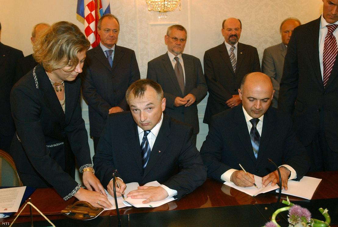 Hernádi Zsolt a MOL elnök-vezérigazgatója és Ljubo Jurcic horvát gazdasági miniszter aláírja a horvát kormány és a MOL közötti adásvételi szerződést 2003. július 17-én Zágrábban, a háttérben Medgyessy Péter magyar és Ivica Racan horvát miniszterelnök