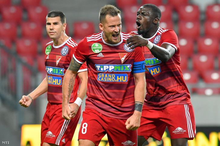 Tőzsér Dániel csapatkapitány (k) valamint csapattársai Ferenczi János (b) és Haruna Garba a Diósgyőr ellen játszott mérkőzésen a debreceni Nagyerdei Stadionban 2019. október 19-én.