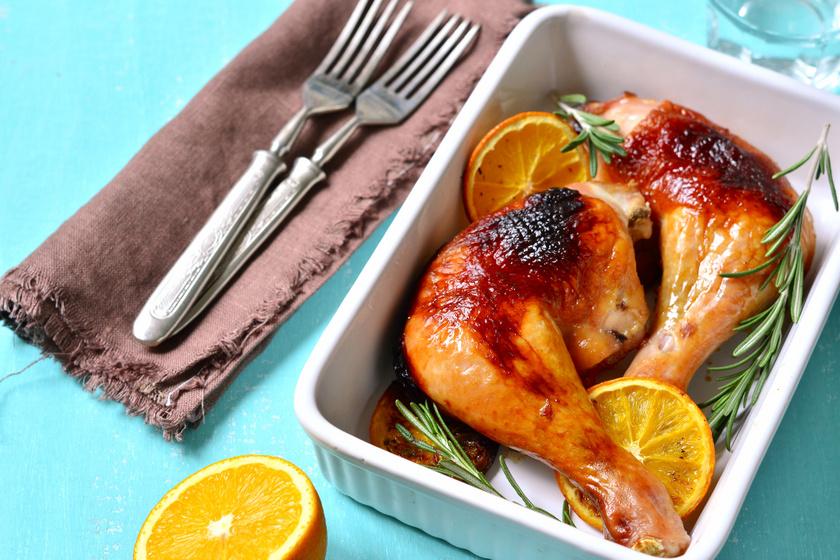 Tepsiben sült, narancsos, rozmaringos csirkecombok: omlós, szaftos marad a hús
