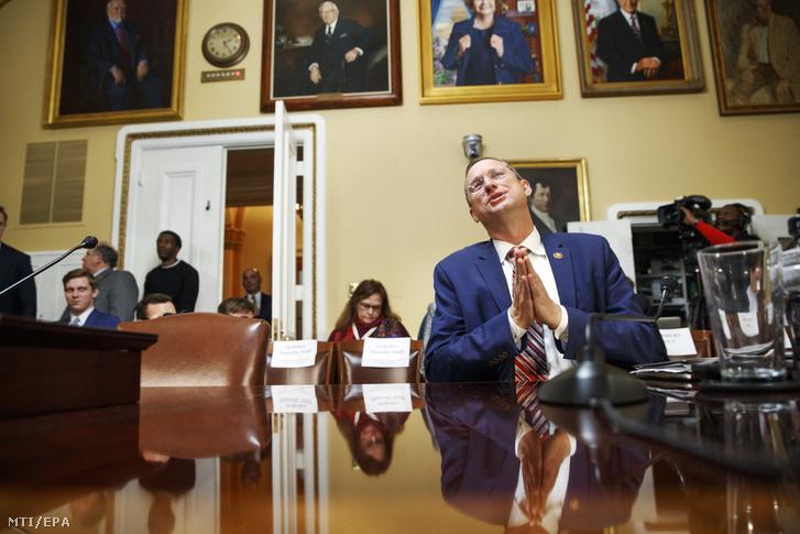Doug Collins republikánus képviselő a házszabályokkal foglalkozó bizottság előtti meghallgatáson a Capitoliumban 2019. december 17-én a Donald Trump amerikai elnök ellen indítandó alkotmányos felelősségre vonási eljárásról tartandó képviselőházi szavazás előtti napon. A házszabályokkal foglalkozó bizottság vitájában arról döntenek a törvényhozók hogy milyen szabályok és feltételek között folytassa az alsóház az impeachment megindításáról tartandó vitát és voksolást. A kilenc demokrata és négy republikánus politikusból álló bizottság megvitatja az impeachment-eljárásban felhozandó két vádpontot amelyek szerint az elnök visszaélt a hatalmával és akadályozta munkájában a kongresszust.