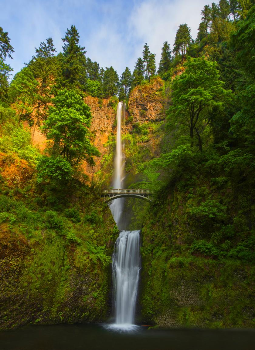 A vízesés a Cascade-hegység vonulatát átszelő Multnomah-patak különlegessége. A víz először egy 165 méteres sziklafalról zúg le, majd egy 21 méteres lépcsőről, a kettő között pedig még nagyjából 3 métert esik a víz, ezzel az állam legmagasabb vízesése.