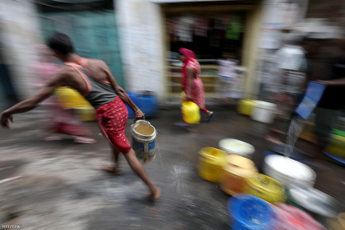 Műanyag edényeket töltenek meg az emberek ivóvízzel egy tartálykocsiból az indiai Kolkatában 2019. július 9-én. Az indiai kormánynak a fenntartható fejlődést és infrastruktúrát vizsgáló tanácsadó szervezete a NITI felmérése szerint számos indiai államot tartós vízhiány fenyeget az ivóvízkészlet két éven belül elapadhat az éghajlatváltozás és a túlnépesedés miatt.