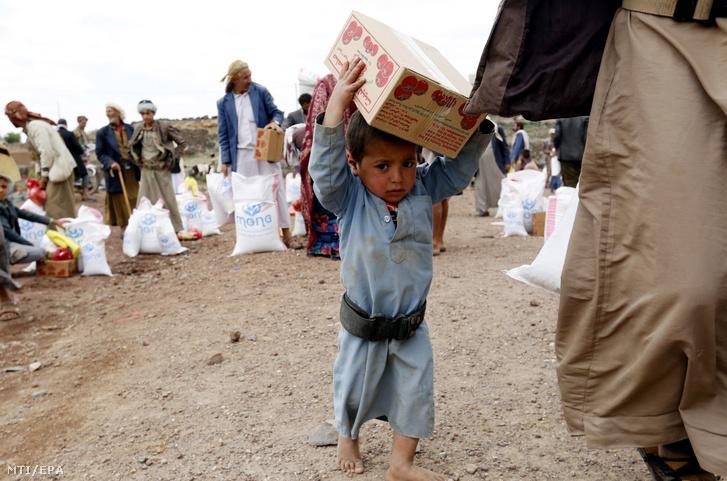 Élelmiszersegélyt osztanak a lakosságnak a jemeni fővárosban Szanaában 2019. augusztus 27-én. A 26 milliós népességű szegény arab-félszigeti országban a fegyveres konfliktus miatt a lakosság mintegy 80 százaléka szorul segélyre.