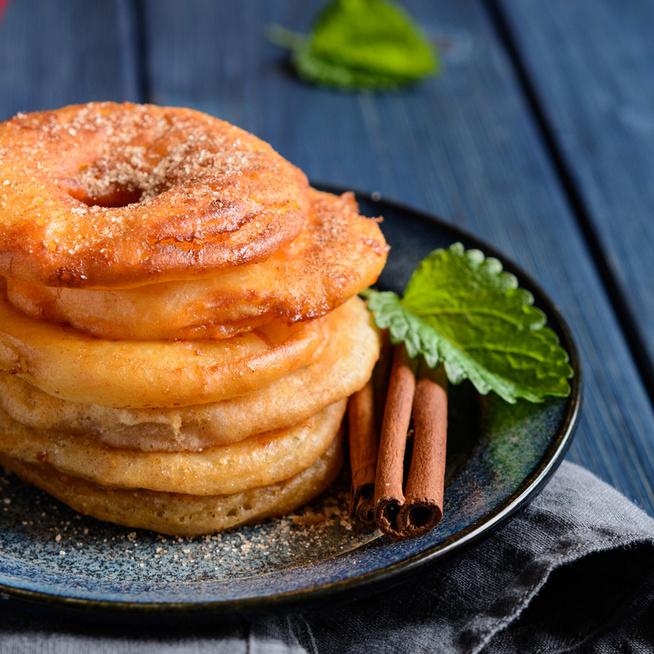 Fahéjas bundás alma: sűrű palacsintatésztában mártóznak meg az almaszeletek