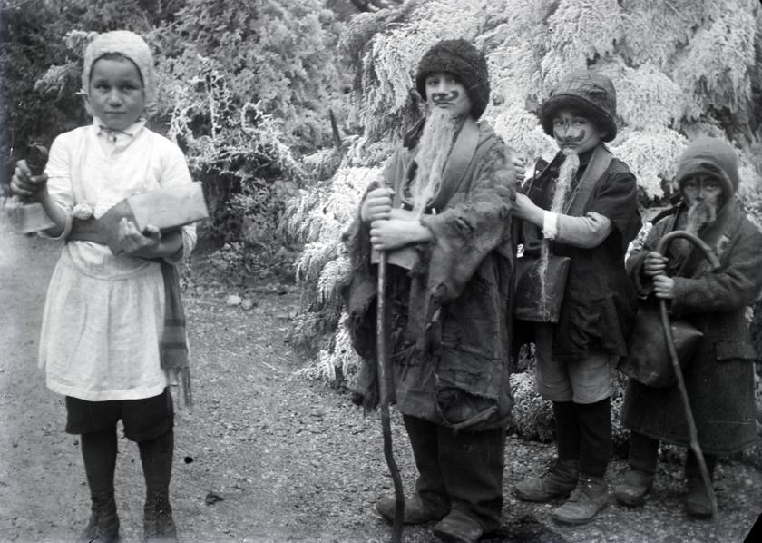 A mendikálás során a gyermekek adománygyűjtés céljából járták a házakat, ahol énekekkel, jókívánságokkal köszöntötték a lakókat.