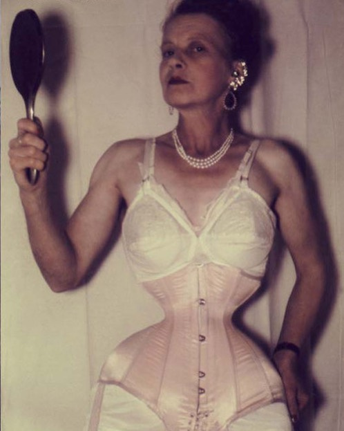A valaha volt legvékonyabb derék tulajdonosa Ethel Granger, akinek mindössze 33 centi volt az átmérője. Az 1982-ben elhunyt nő a férjének akart tetszeni ezzel az extrém külsővel.