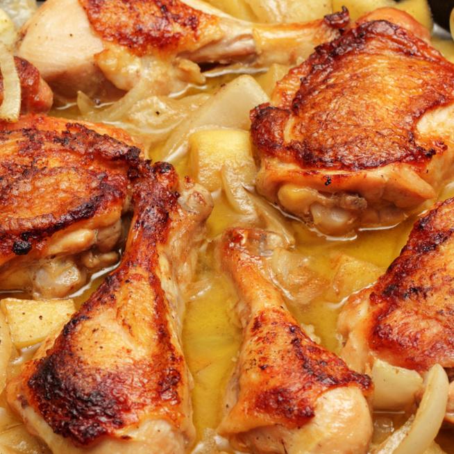 Almás ciderben párolt csirkecomb – Az édes levet szívja be a hús