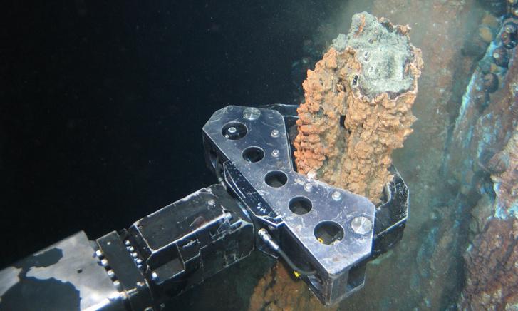 A Nautilus Minerals robotja kőzetmintát vesz a Pápua Új-Guinea menti tengerekből