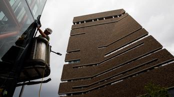 Mozgatja a végtagjait és szótagokat is kiejt a hatéves fiú, akit ledobtak a Tate Modern múzeum teraszáról
