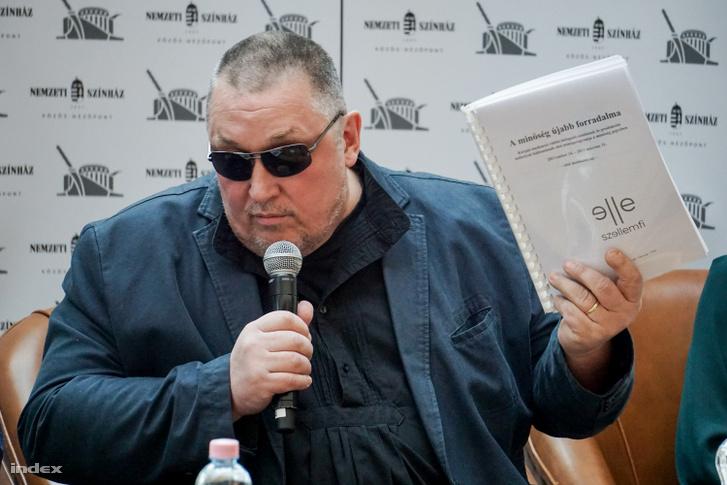 Vidnyánszky Attila, a Nemzeti Színház vezérigazgatója nemrég esett át szemműtéten, ezért a napszemüveg