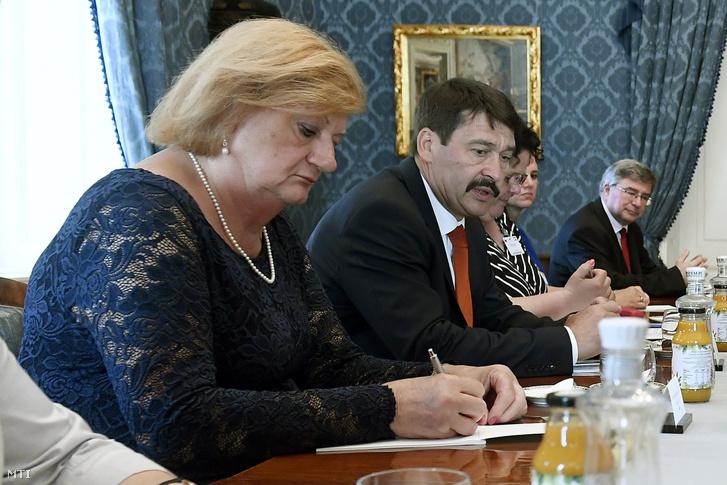 Áder János köztársasági elnök (balról a második) és Haszonicsné dr. Ádám Mária, a Köztársasági Elnöki Hivatal főigazgatója egy 2019-es találkozón