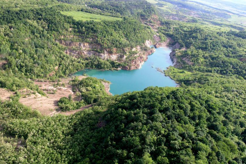 A geológiai különlegességnek számító tó türkizkék színe és meredek sziklafalai miatt az ország egyik legszebb nevezetessége.