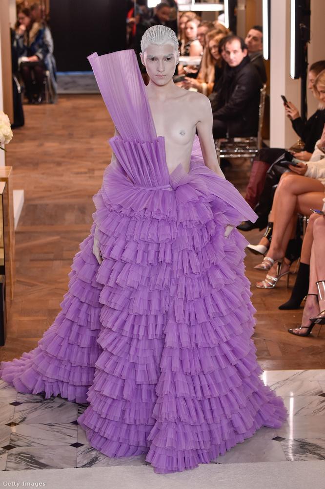 Szintén a januári haute couture-divathéten, de a Balmain bemutatóján vonult végig a kifutón ez a modell