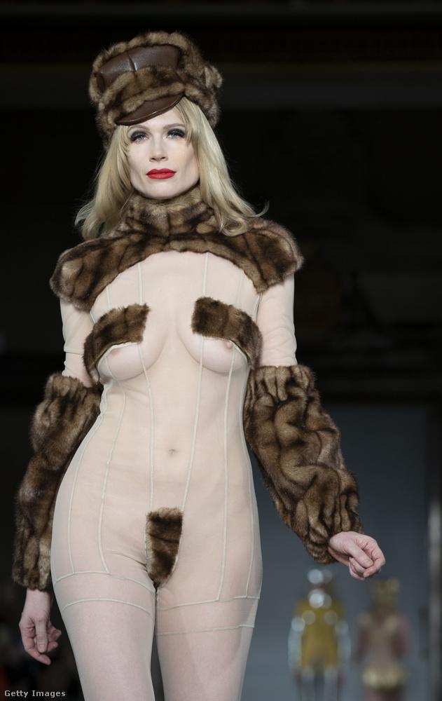 Már a februárnál tartunk, Londonban Pam Hogg tervező így villantotta meg modellje mellbimbóit és saját humorérzékét a 2019-2020-as ősz-téli kollekcióban.