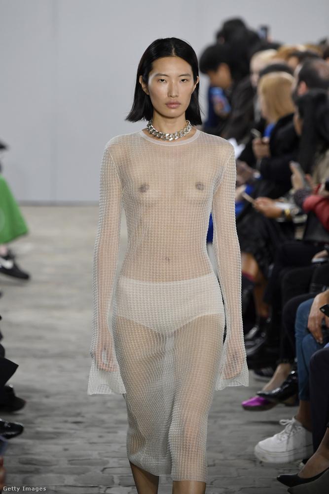 És még jöjjön egy ázsiai származású model a Kwaidan Editions párizsi divatbemutatójáról, ez már október elsején volt.