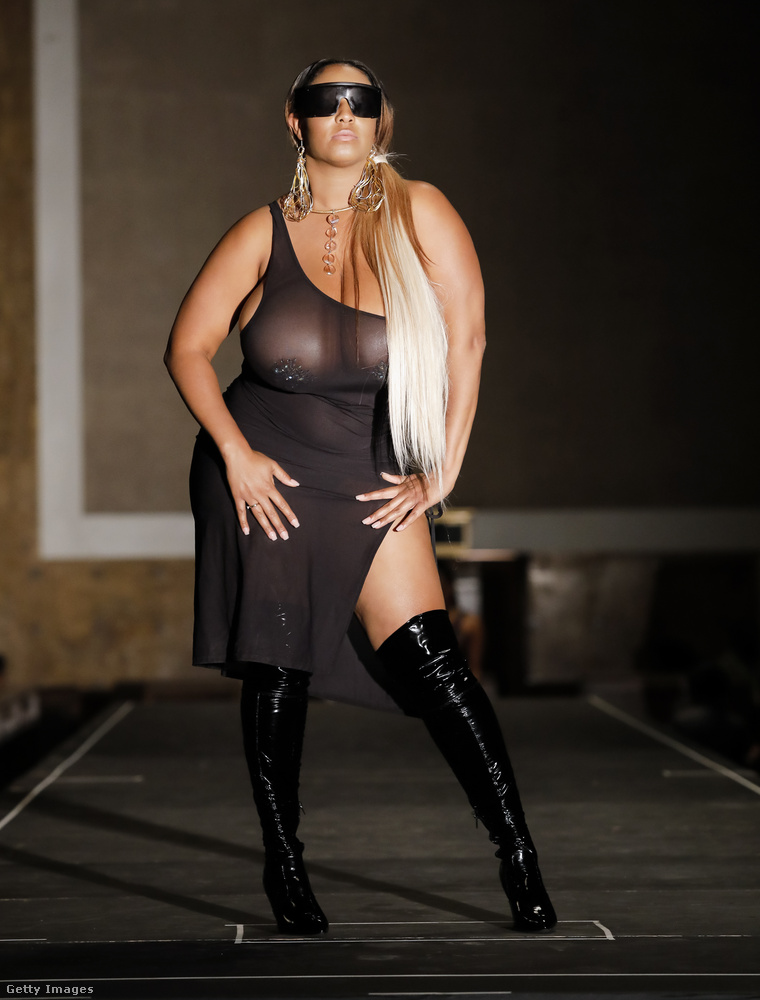 Egy kép erejéig nézzünk be az októberi Los Angeles-i divathétre is! Nyki Allen divattervező GYV Me Body nevű márkáját promótálja ez a modell.