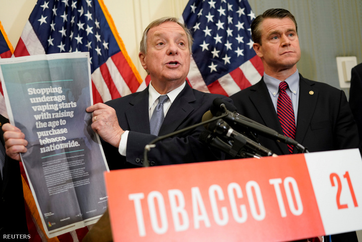 Dick Durbin demokrata szenátor beszél a dohánytermékek vásárlásához szükséges minimális 21 éves életkori határ emeléséről még 2019. május 8-án, Washingtonban