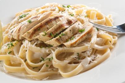 20 perces alfredo tészta: omlós csirkemell selymes, tejszínes-fokhagymás szószban