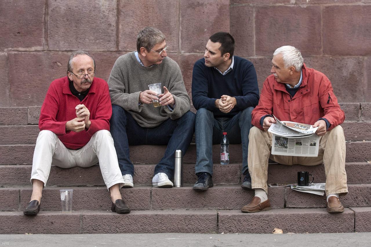 Gyurcsány Ferenc volt szocialista miniszterelnök, a Demokratikus Koalíció elnöke, Molnár Csaba és Niedermüller Péter, a párt alelnökei és Kolber István, a DK parlamenti képviselője beszélgetnek 2012. szeptember 10-én a budapesti Kossuth téren, éhségsztrájkuk első napján.