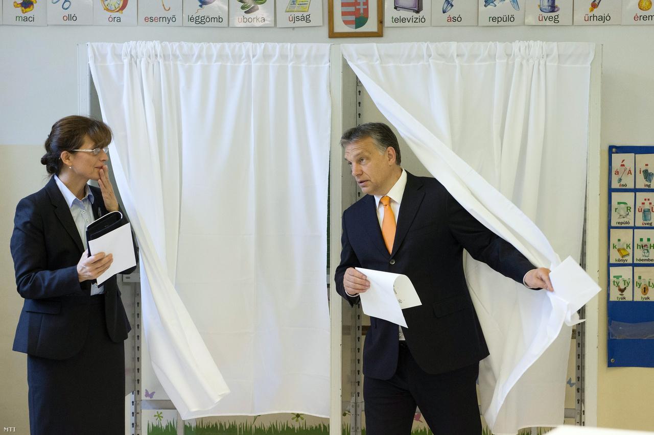 Orbán Viktor miniszterelnök, a Fidesz elnöke felesége, Lévai Anikó társaságában kilép a szavazófülkéből a XII. kerületi Zugligeti Általános Iskolában kialakított 53. szavazókörben az európai parlamenti választáson 2014. május 25-én.