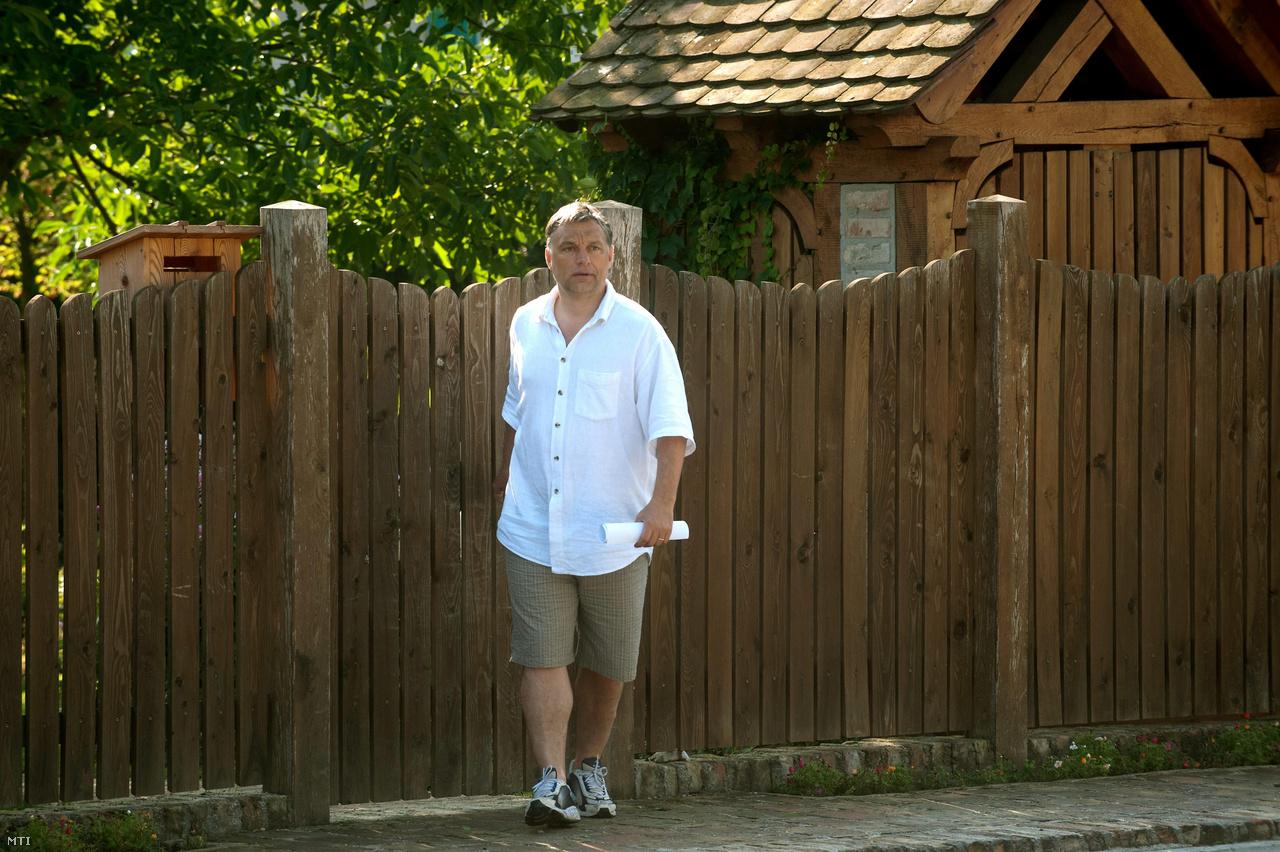 Orbán Viktor miniszterelnök kilép családi háza kapuján a Fejér megyei Felcsúton 2011. augusztus 5-én.