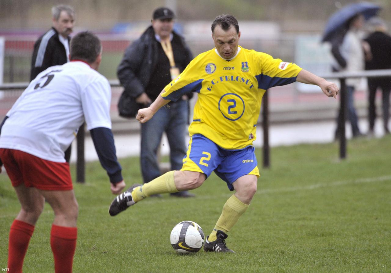 Orbán Viktor, a Fidesz elnöke, a Felcsút játékosa elrúgja a labdát a Puskás Suzuki Kupa öregfiúk tornájának Felcsút-Suzuki találkozóján a székesfehérvári Sóstói Stadionban 2010. április 5-én.