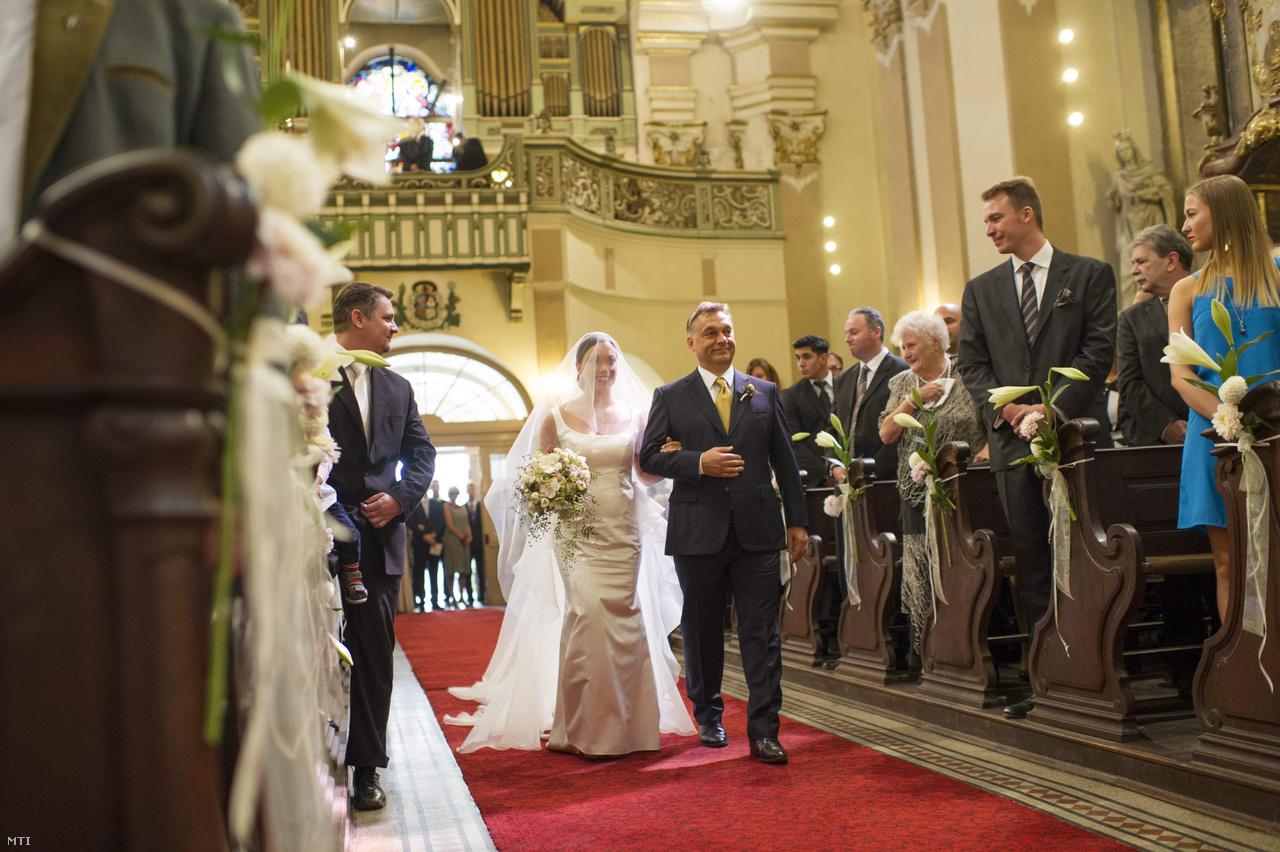 Orbán Viktor miniszterelnök kíséri az oltárhoz lányát, Orbán Ráhelt a Margit körúti ferences templomban Orbán Ráhel és férje, Tiborcz István egyházi esküvőjén 2013. szeptember 7-én.