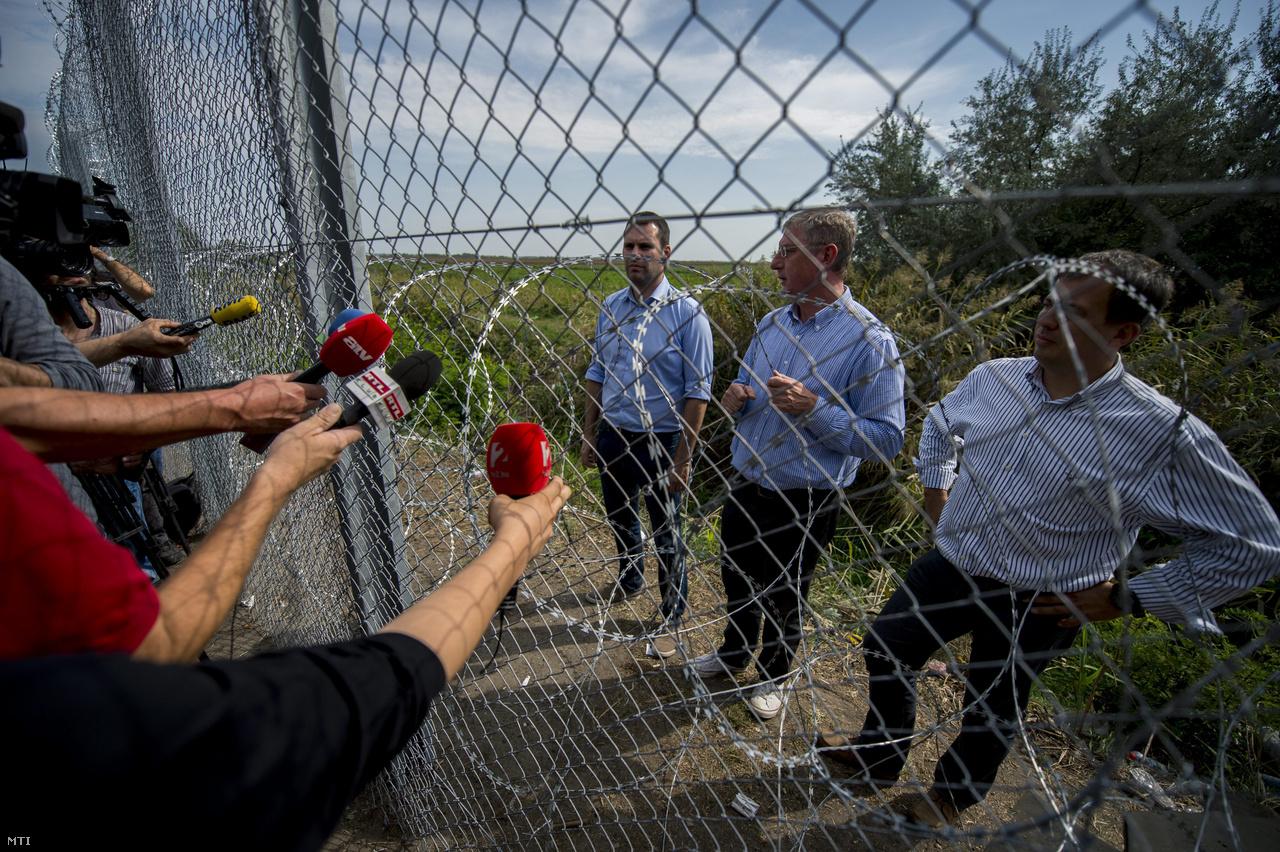 Gyurcsány Ferenc, a Demokratikus Koalíció elnöke, Molnár Csaba, a párt alelnöke és Oláh Lajos parlamenti képviselő sajtótájékoztatót tart az ideiglenes biztonsági határzár mellett, a határ szerb oldalán 2015. szeptember 15-én.