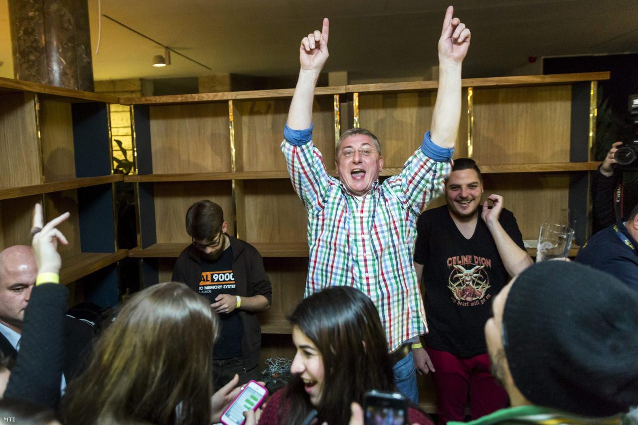 Gyurcsány Ferenc, a Demokratikus Koalíció elnöke, lemezlovasként vesz részt egy rendezvényen a budapesti Terminál Étteremben 2014. december 29-ről 30-ra virradó éjjel.